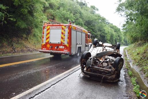 Condutor abandona veículo após capotar na BR-282