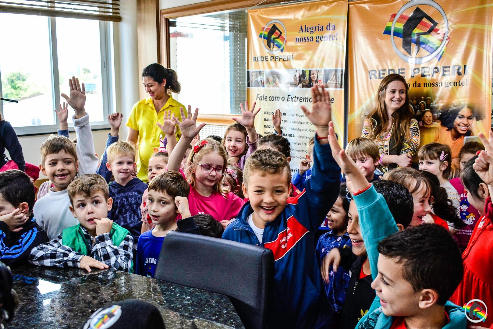VÍDEO: Alunos da escola Pequeno Polegar visitam sede Rede Peperi