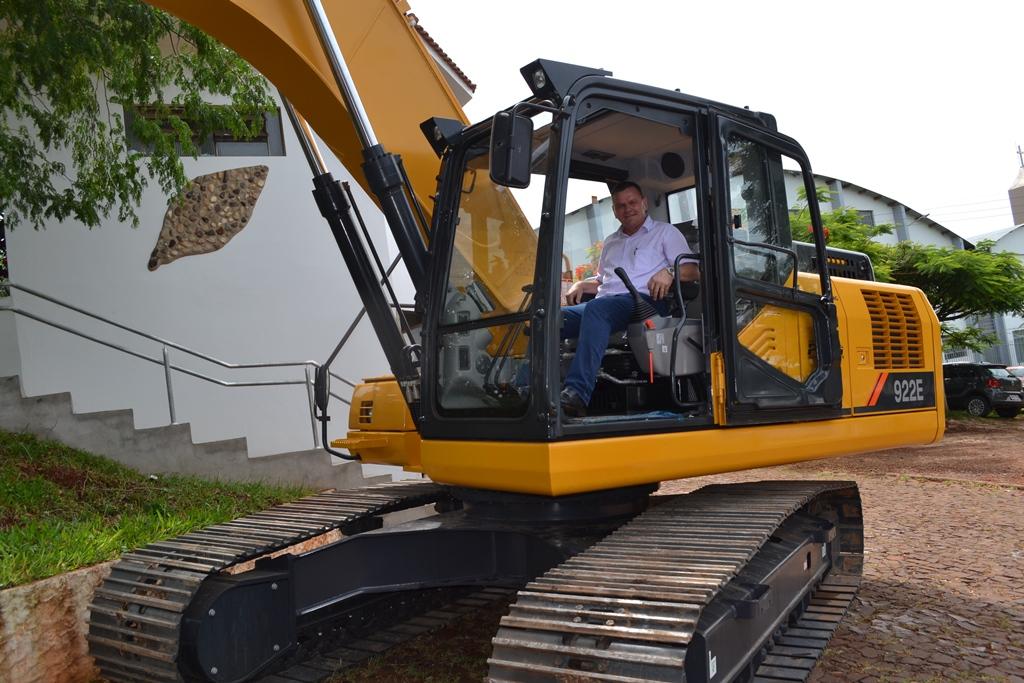 Prefeitura de Iporã do Oeste adquire três veículos, ambulância e duas máquinas
