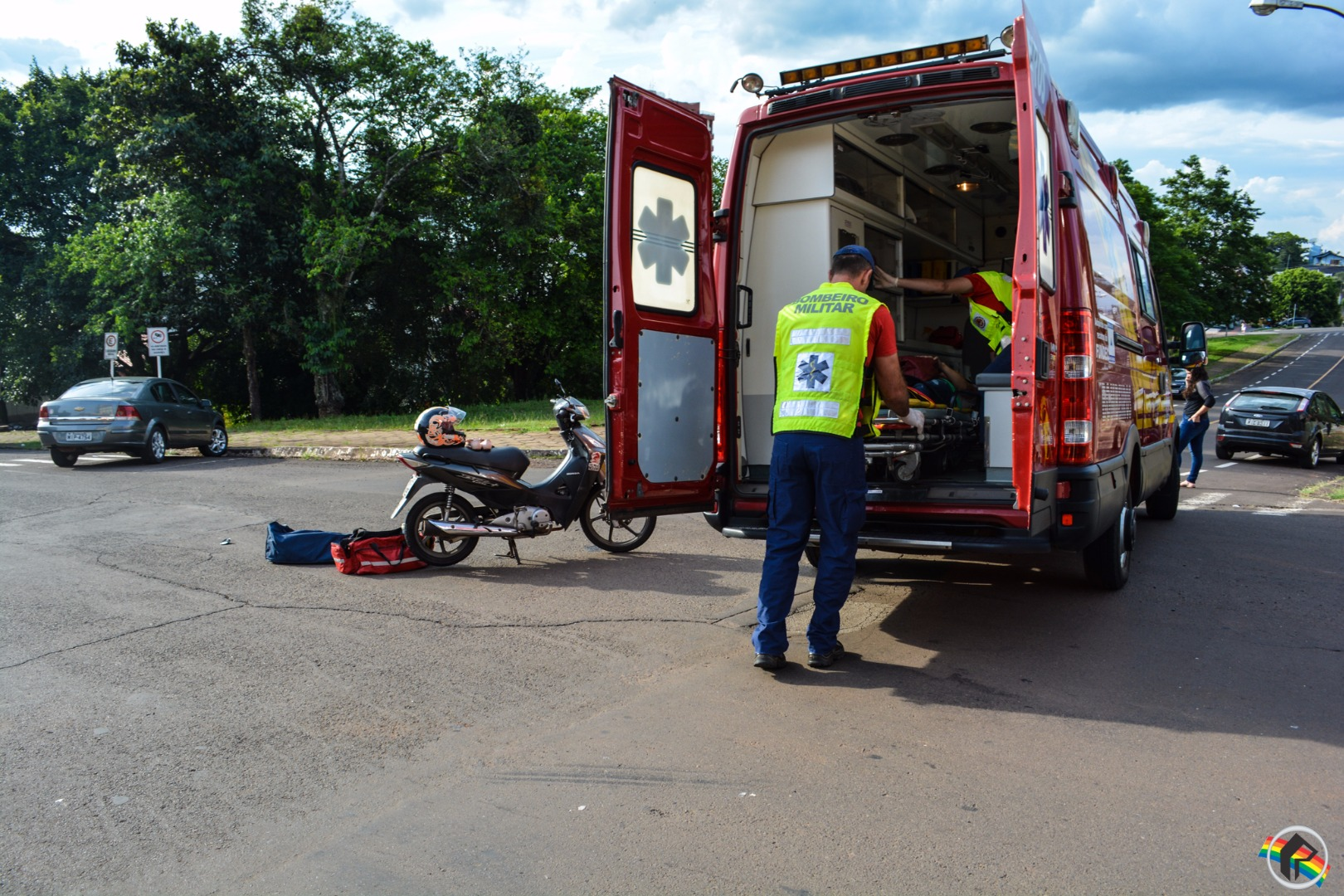 Motociclista fica ferida em colisão no centro de São Miguel do Oeste