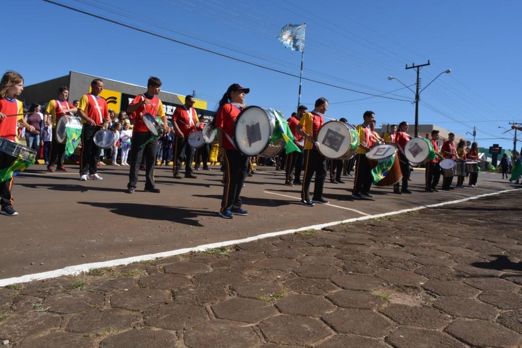 "Desfile cívico traz como tema ""Meu jeito de ser brasileiro"""