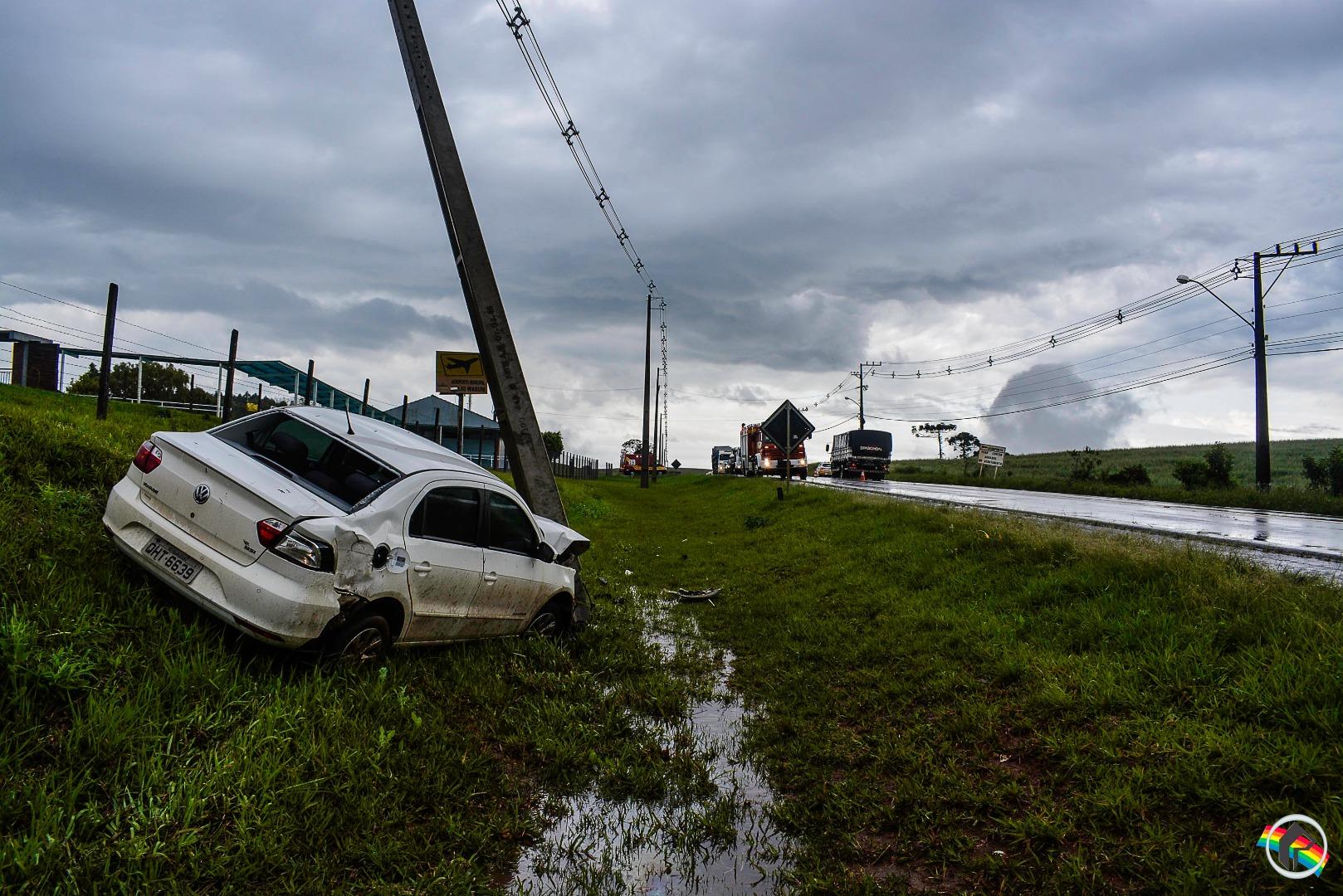 VÍDEO: Veículo colide contra poste após aquaplanar na SC-163