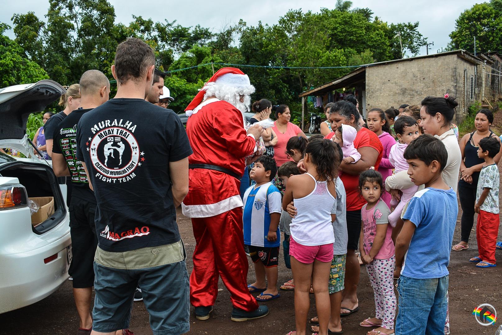 Equipe Muralha Team realiza entrega de doces para crianças carentes