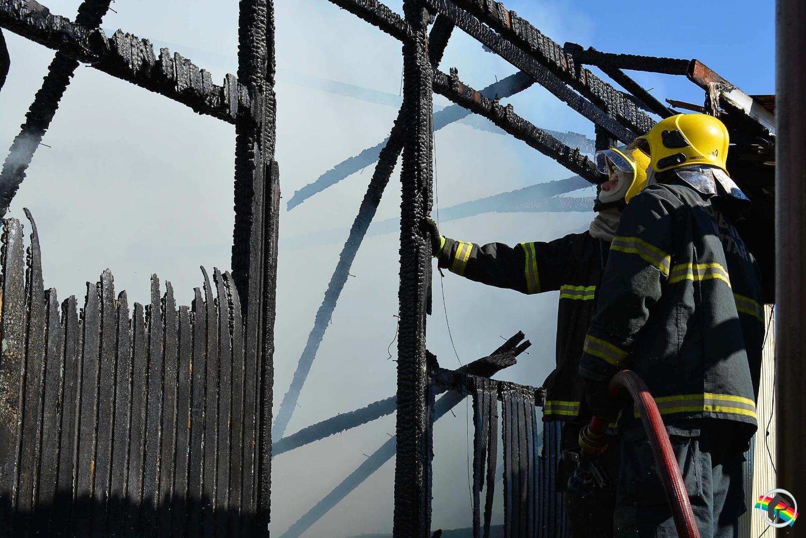 VÍDEO: Residência fica completamente destruída em incêndio em SMOeste
