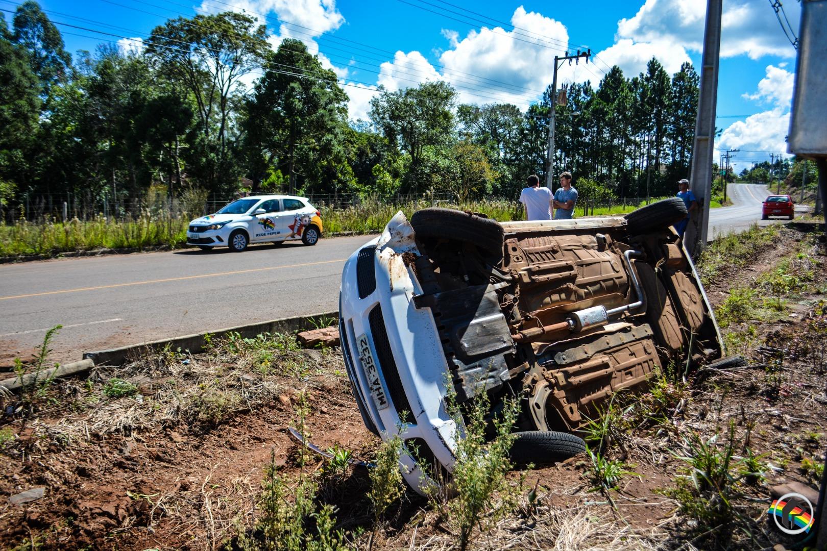 VÍDEO: Jovem capota carro em São Miguel do Oeste