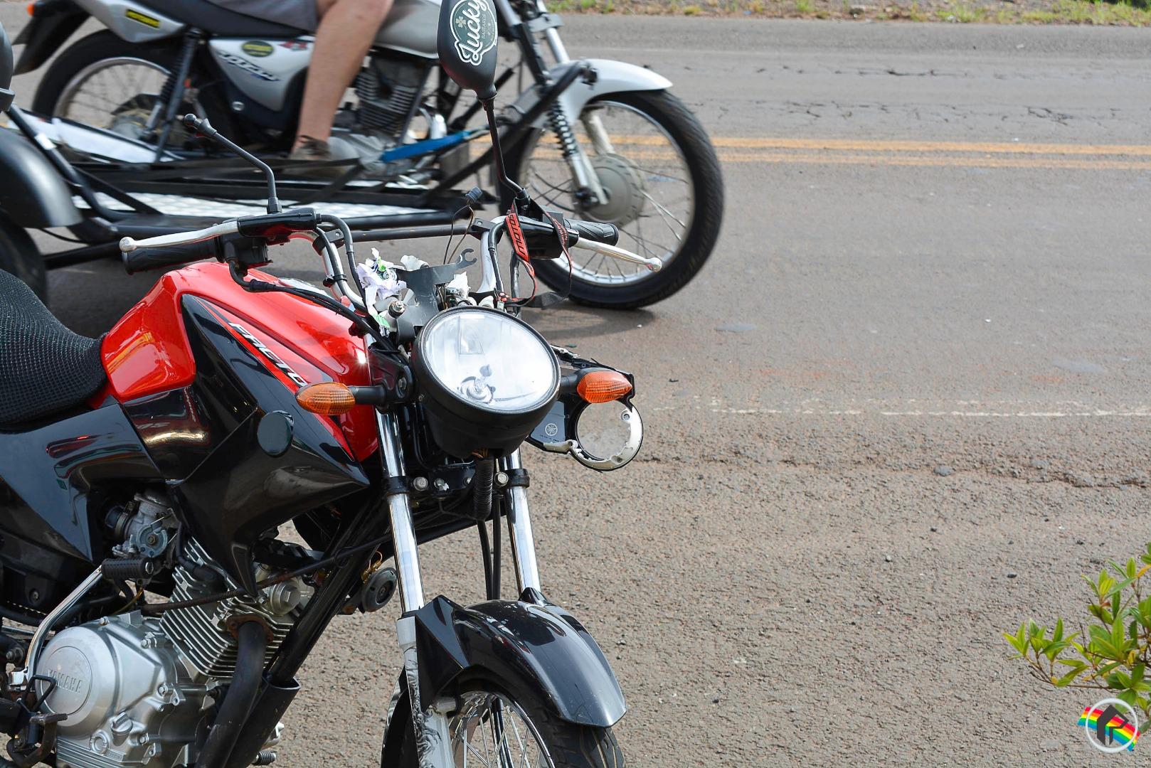 Motociclista colide na traseira de viatura do Exército