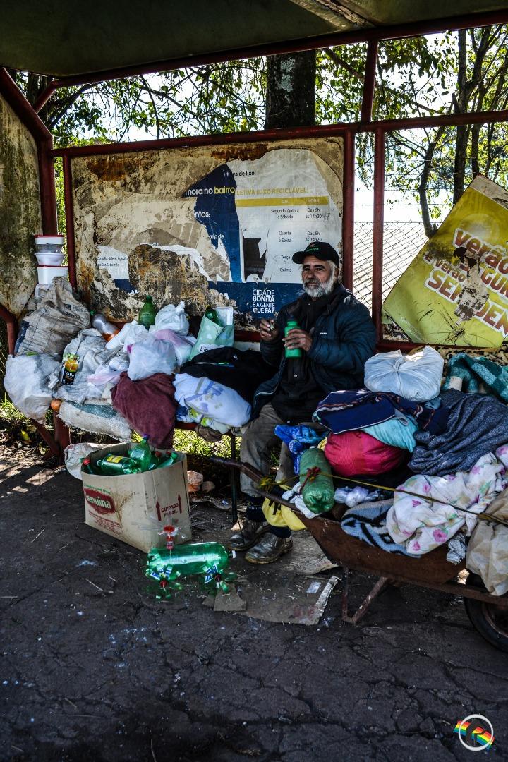 Andarilho mora há 15 dias em ponto de ônibus