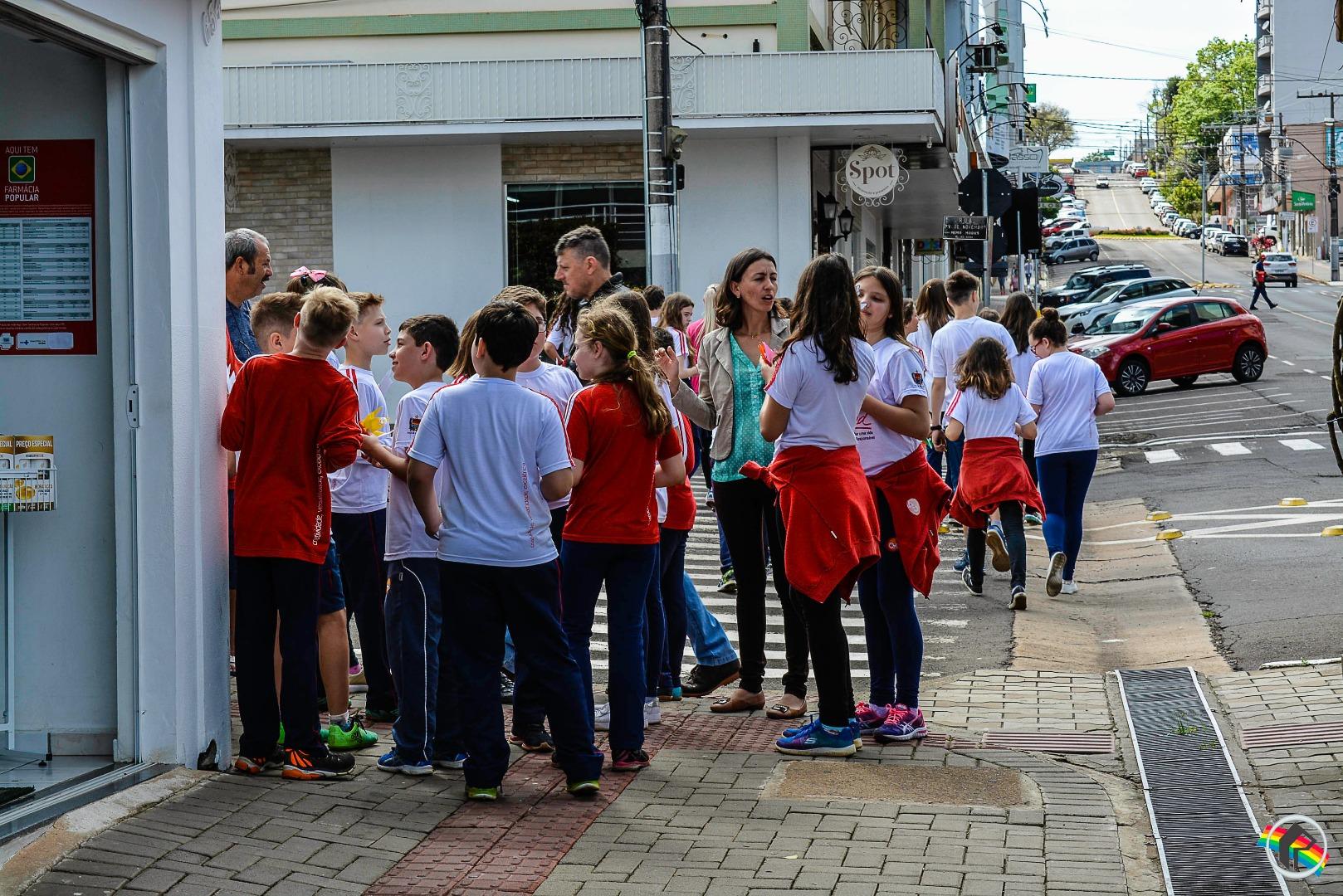 Estudantes vão às ruas em caminhada pela paz em São Miguel do Oeste