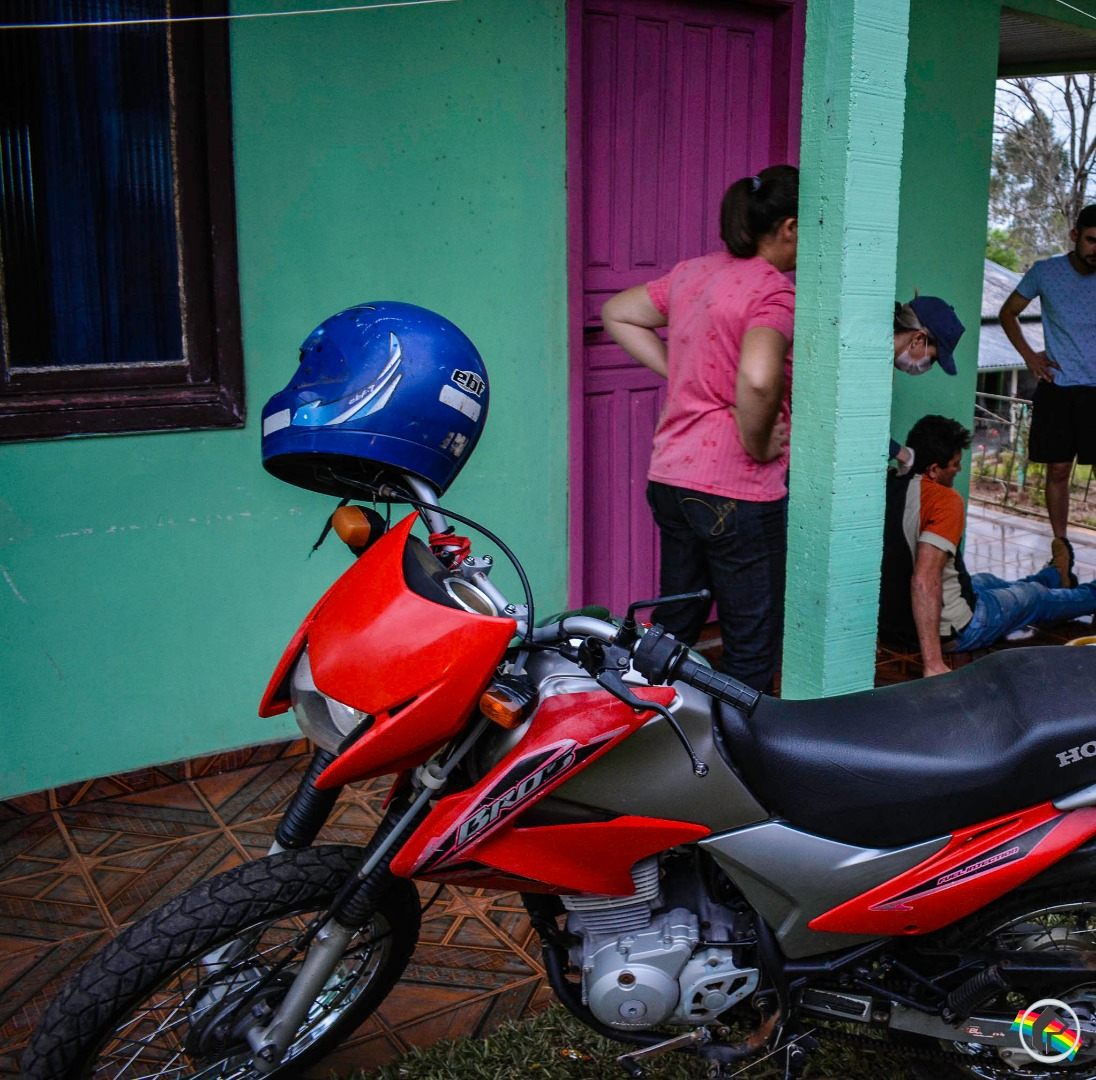 Motociclista sofre ferimentos após queda no interior
