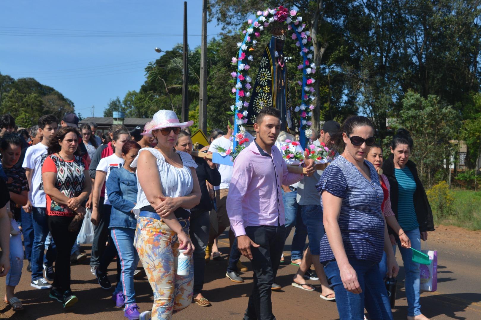 Centenas de pessoas participam da Romaria de Nossa Senhora Aparecida