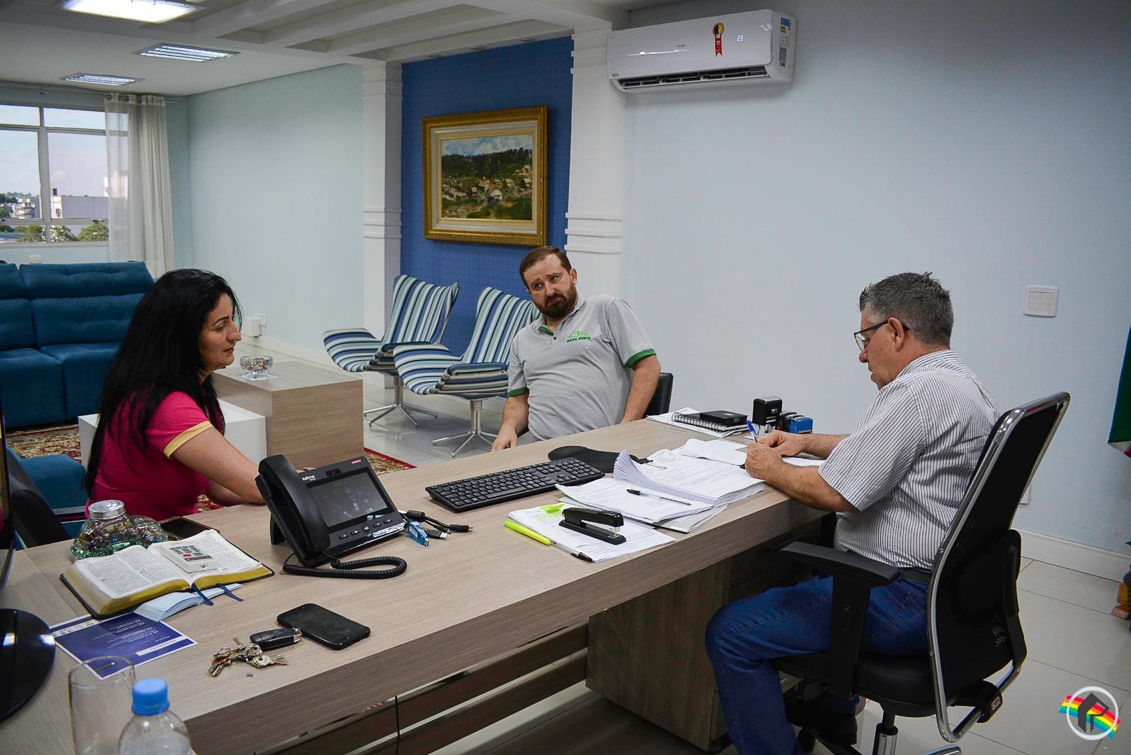 Prefeito em exercício recebe empresários da Avenida Getúlio Vargas