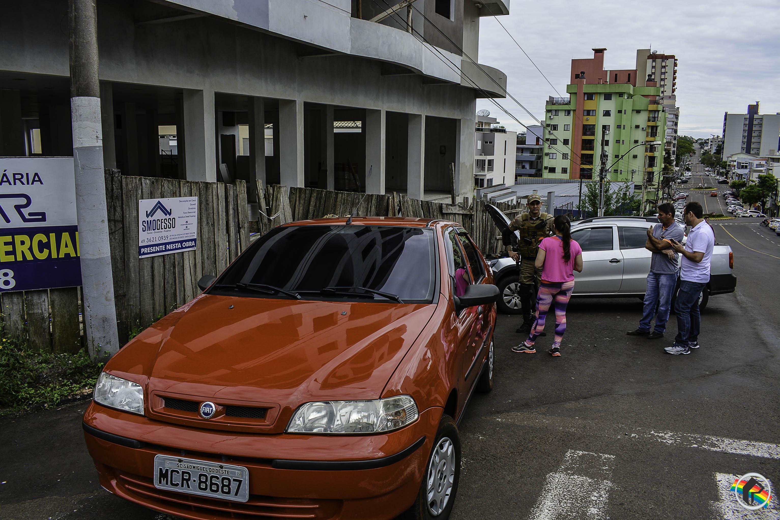 Mulher perde controle de veículo e colide contra outros três veículos estacionados