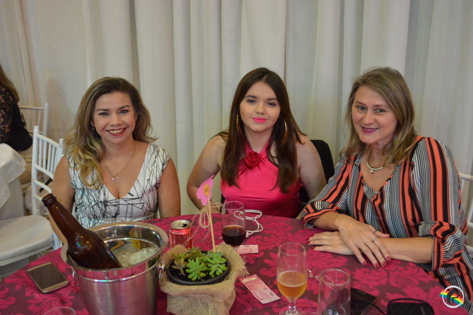 Jantar Rosa reúne mais de 400 pessoas no Clube Comercial