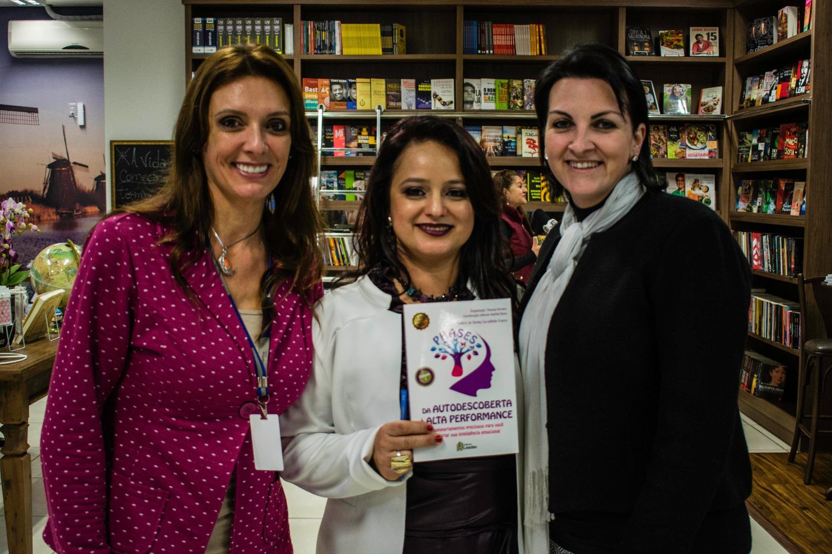 Escritora do municio lança livro e realiza sessão de autógrafos