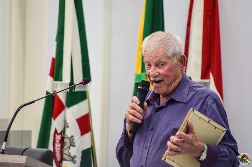 Morador é homenageado por cuidar há 30 anos de horta comunitária