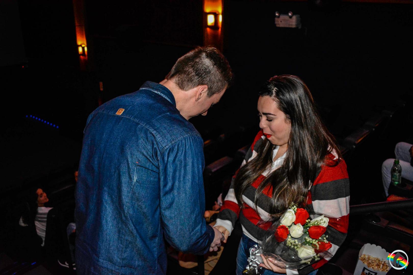 VÍDEO: Namorada é surpreendida com pedido de casamento no Cine Peperi