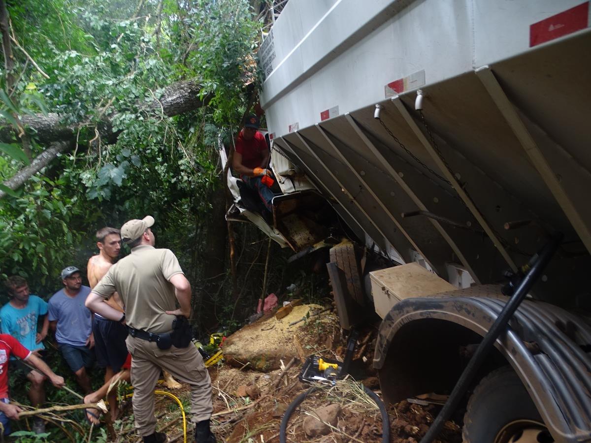 Motorista fica ferido em acidente no interior de Tunápolis