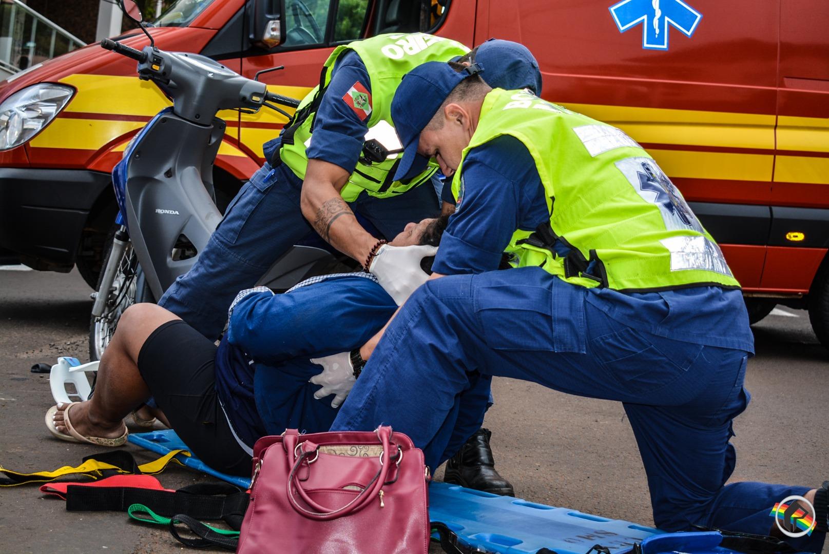 Condutor corta a frente de moto e duas pessoas ficam feridas