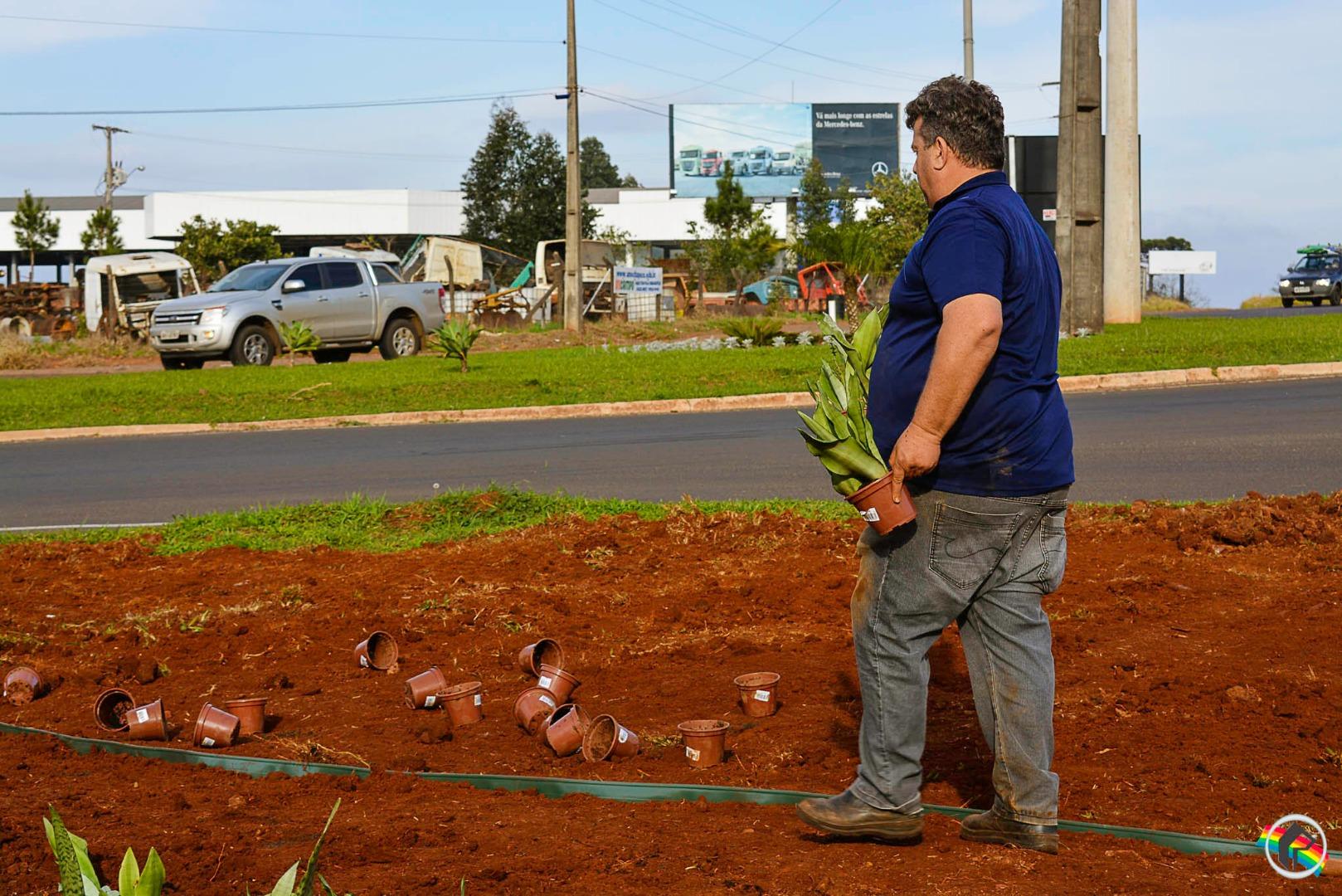 Secretaria de Urbanismo realiza ações de embelezamento no trevo da BR-282