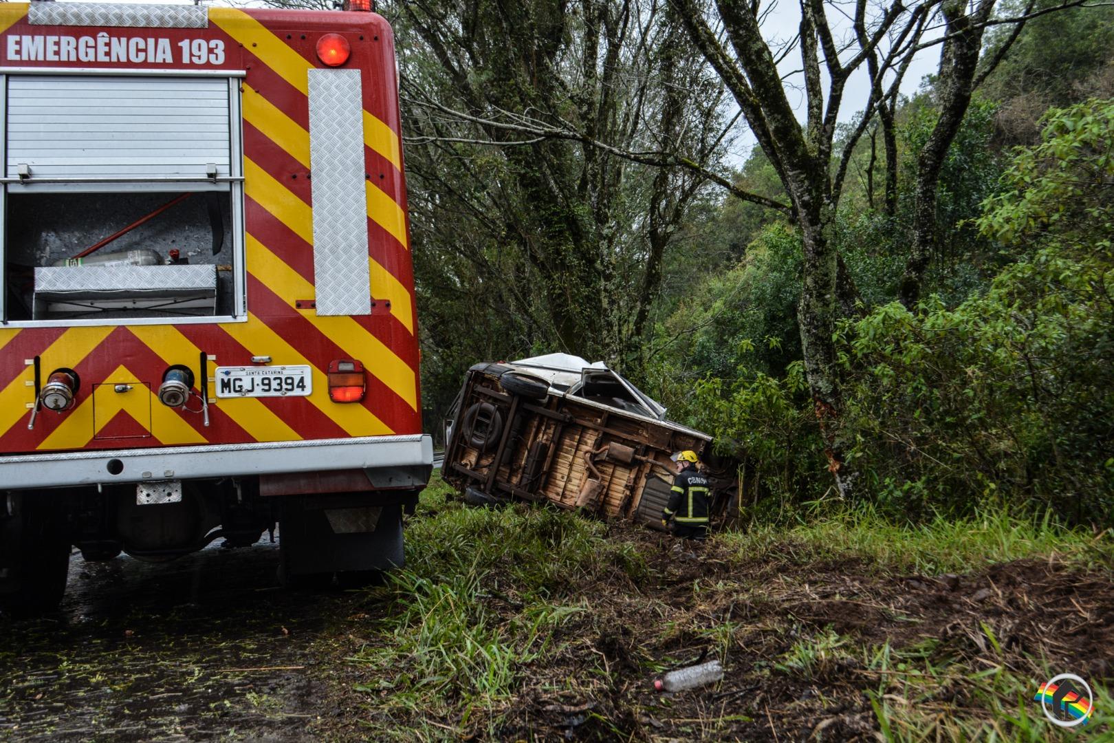 VÍDEO: Saída de pista deixa veículo destruído na BR-282