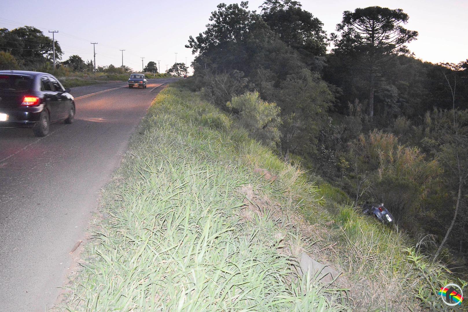 VÍDEO: Veículo sai da pista e cai em ribanceira na BR-163 em SMOeste