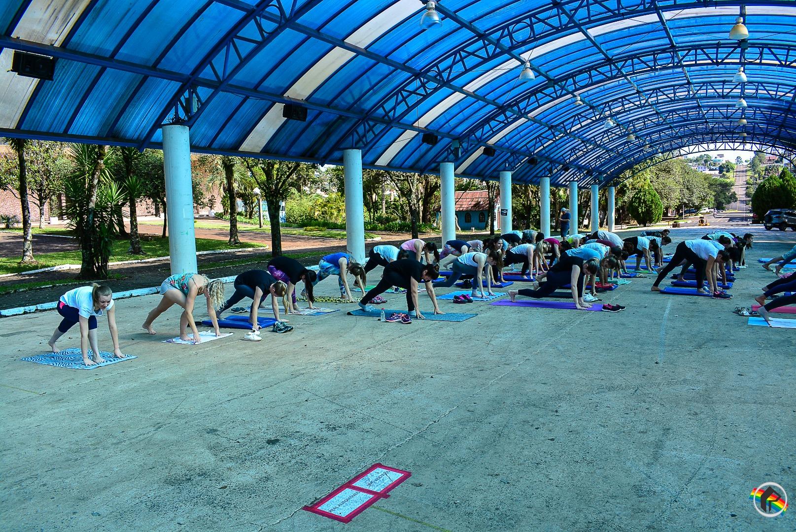 Projeto Saúde e Yoga é realizado na praça Walnir Bottaro Daniel