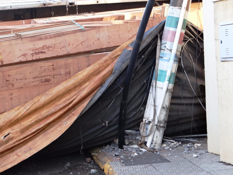Carreta carregada com madeira tomba na avenida Gustavo Fetter
