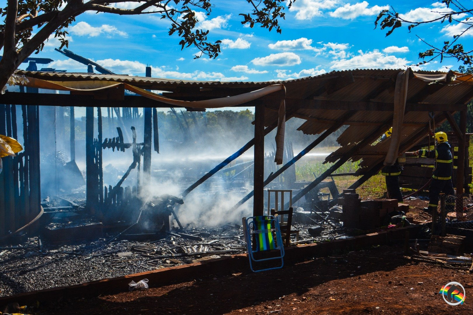 VÍDEO: Residência é totalmente destruída por incêndio no interior