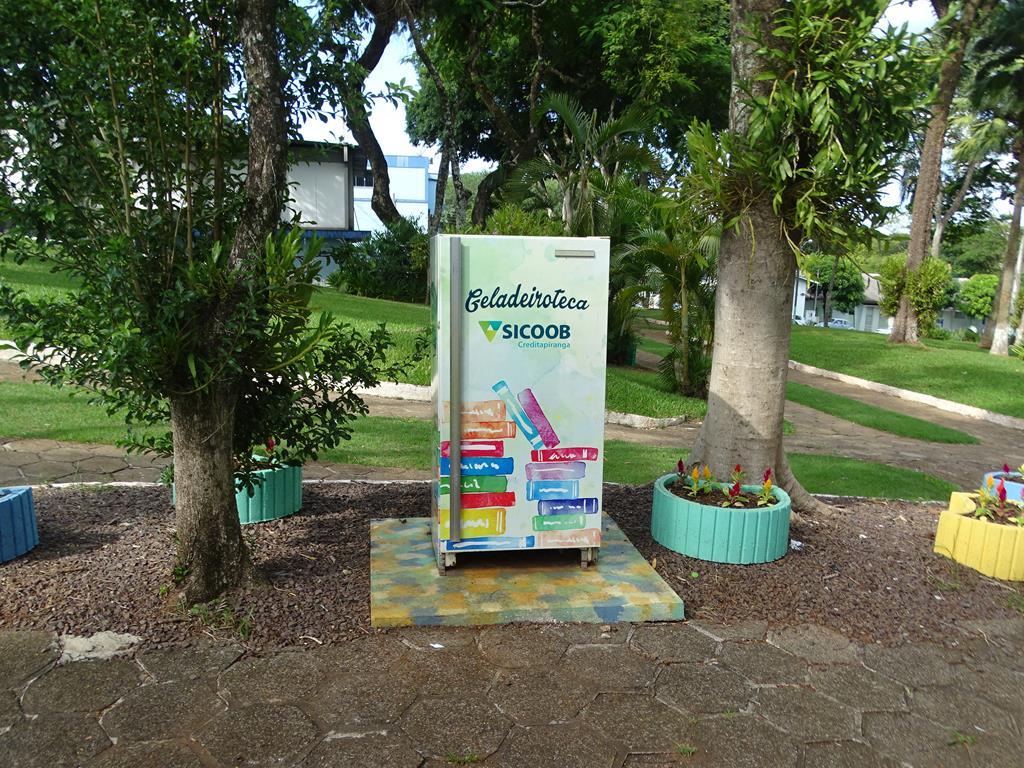 Núcleos instalam geladeirotecas em praças públicas
