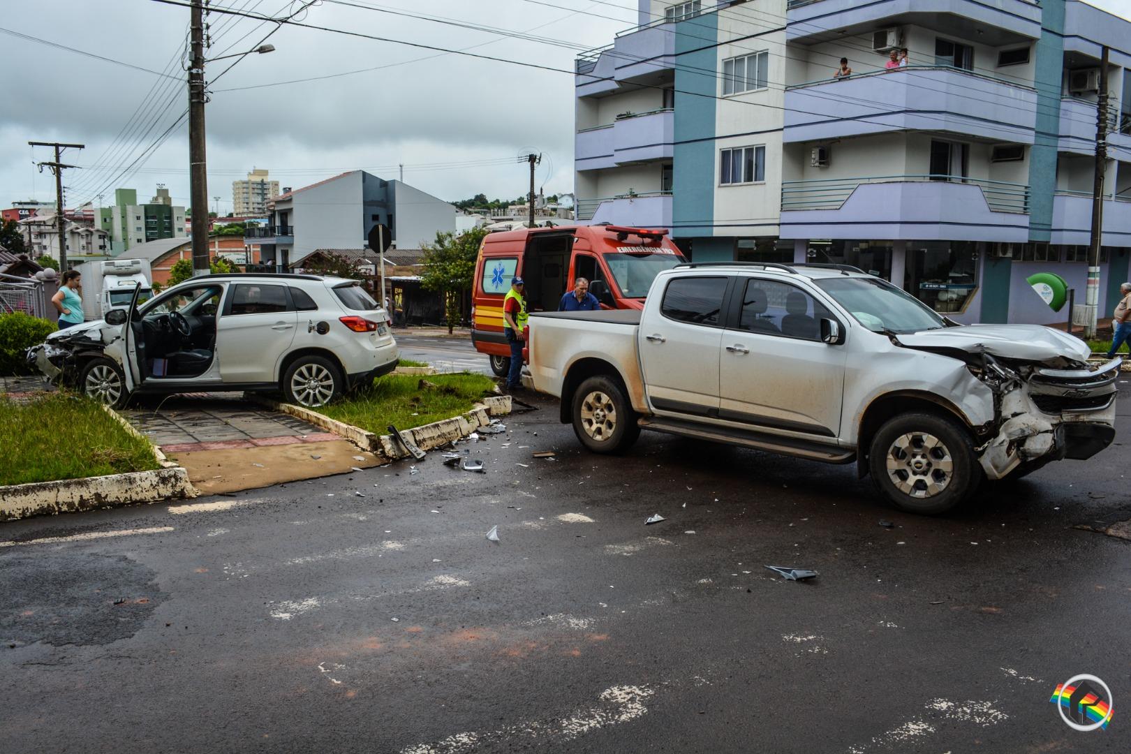 VÍDEO: Colisão envolve dois carros em São Miguel do Oeste