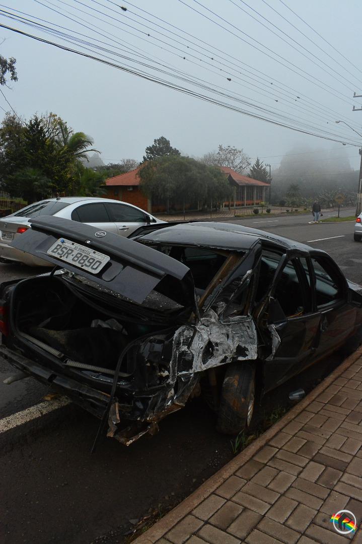 VÍDEO: Carro colide em poste na Willy Barth em São Miguel do Oeste