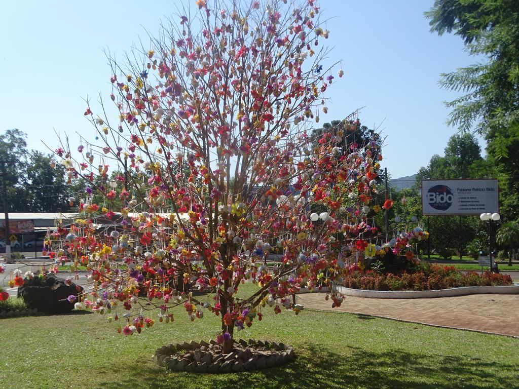 Decoração de Páscoa muda visual do centro de Itapiranga