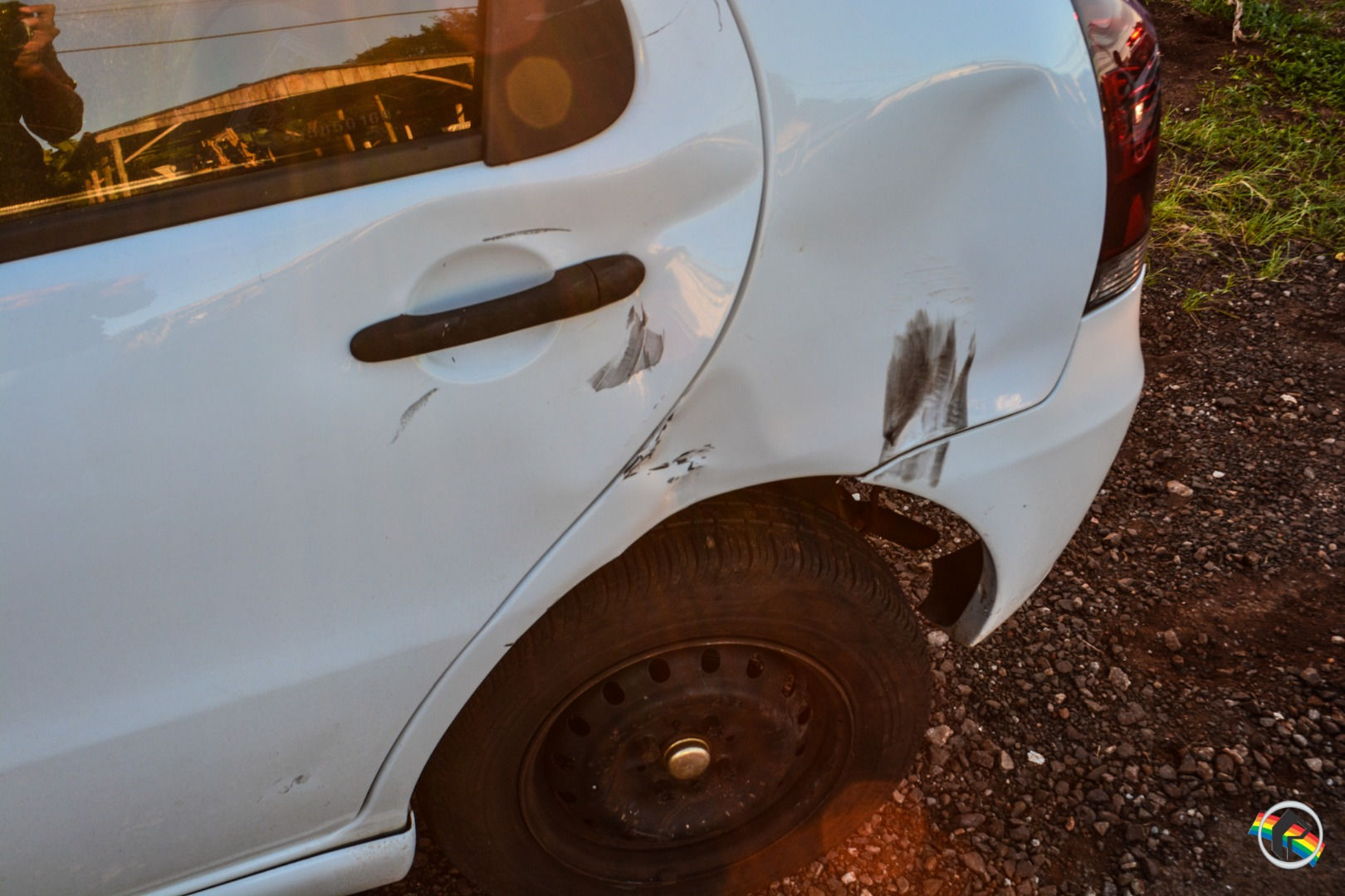 Colisão entre carro e moto deixa uma mulher ferida