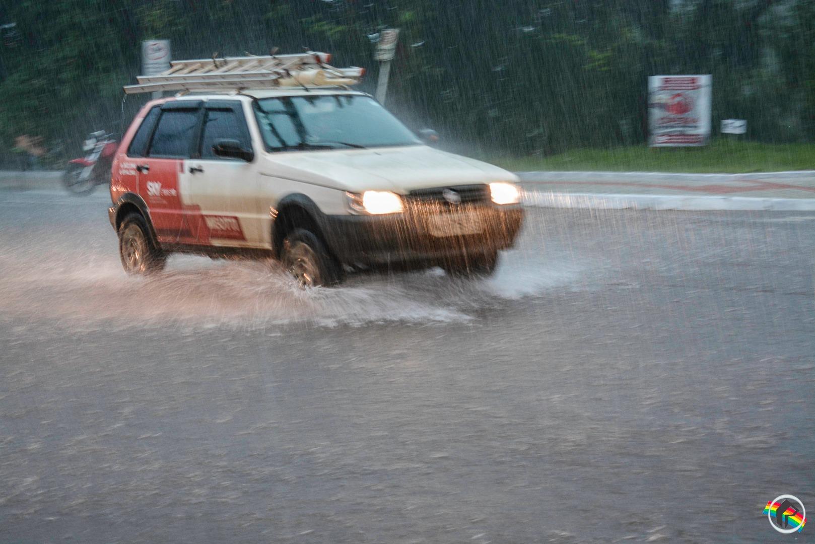 VÍDEO: Chuva forte surpreende e causa transtornos em várias cidades do Oeste
