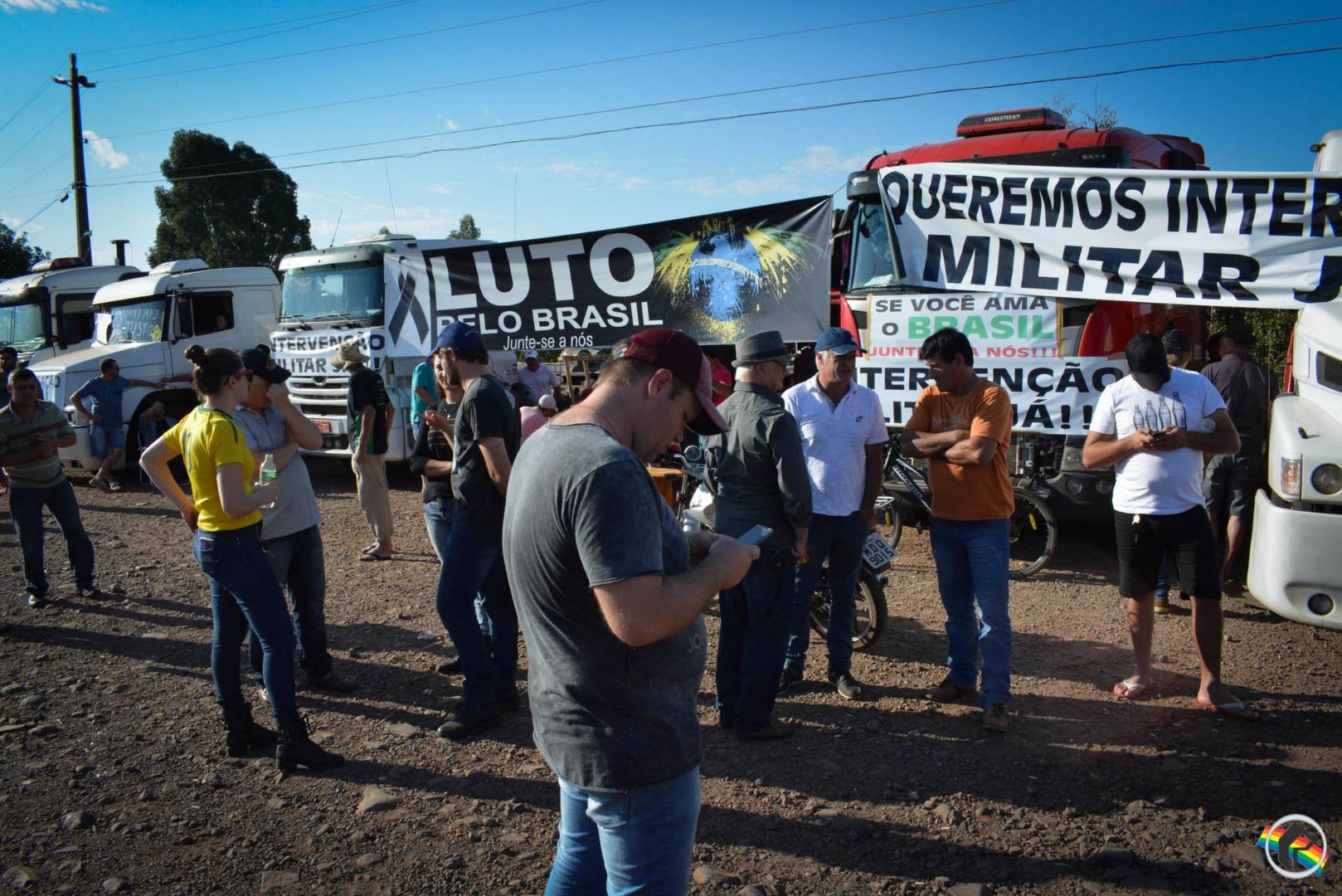 VÍDEO: Manifestantes fazem oração no Trevo de São Miguel do Oeste