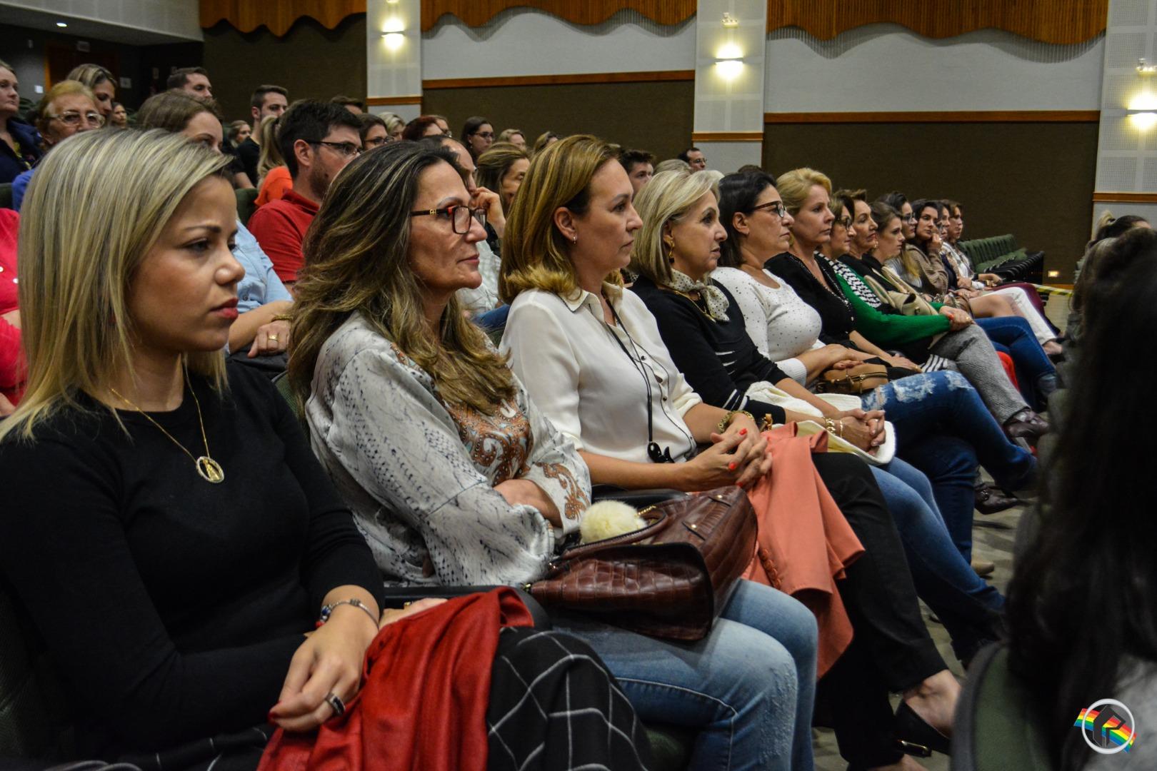 VÍDEO: Público prestigia palestra com a ex-ginasta Lais Souza na Unoesc