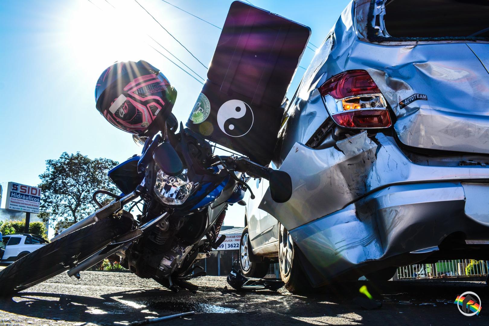 Acidente envolvendo carro da Argentina deixa motociclista ferido