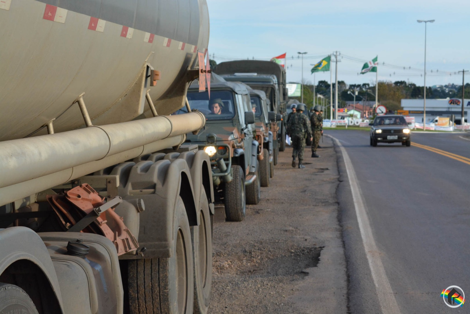 Exército e PRF realizam escolta de caminhões de combustível