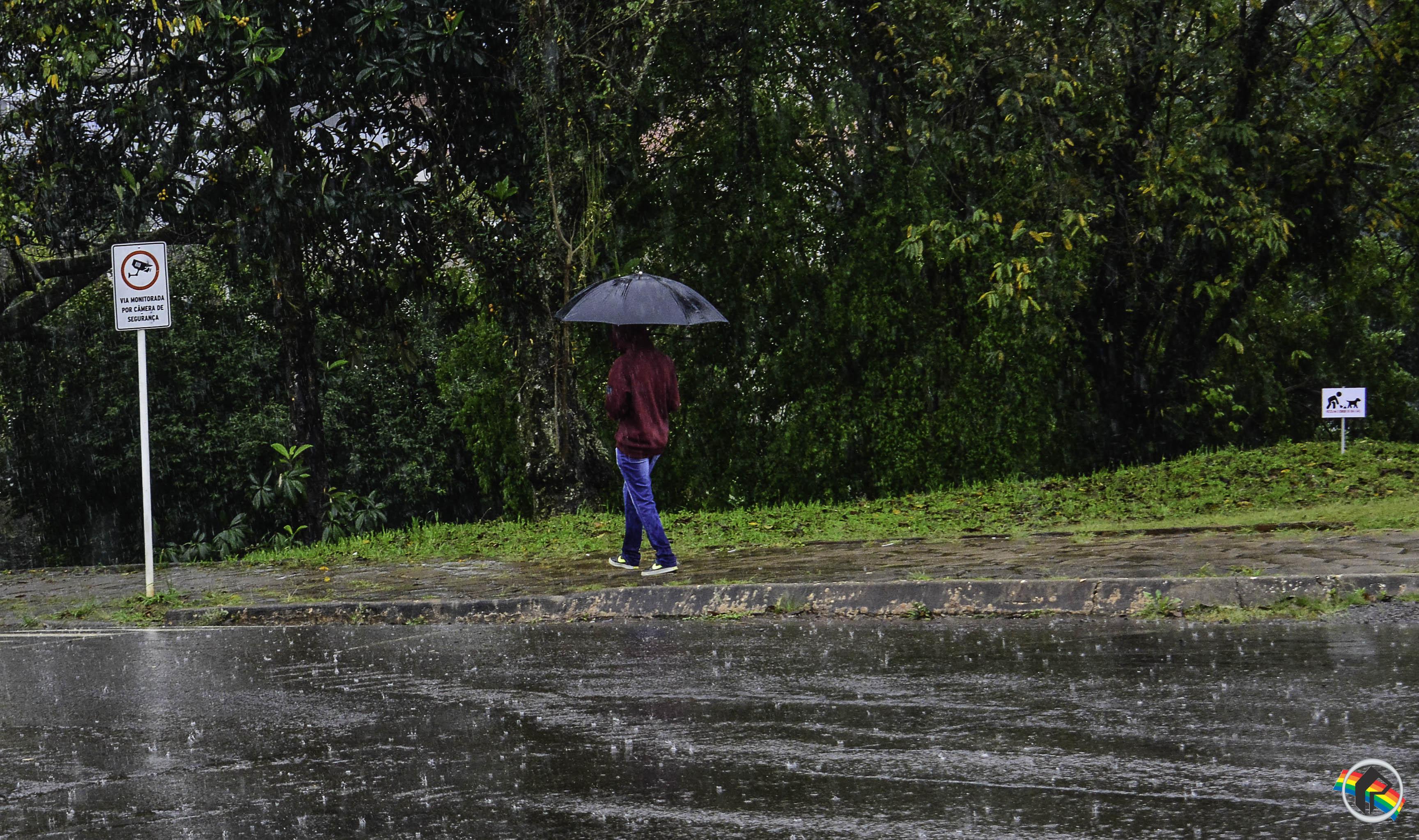 Chuva persiste nesta segunda, mas tempo começa a melhorar no Oeste