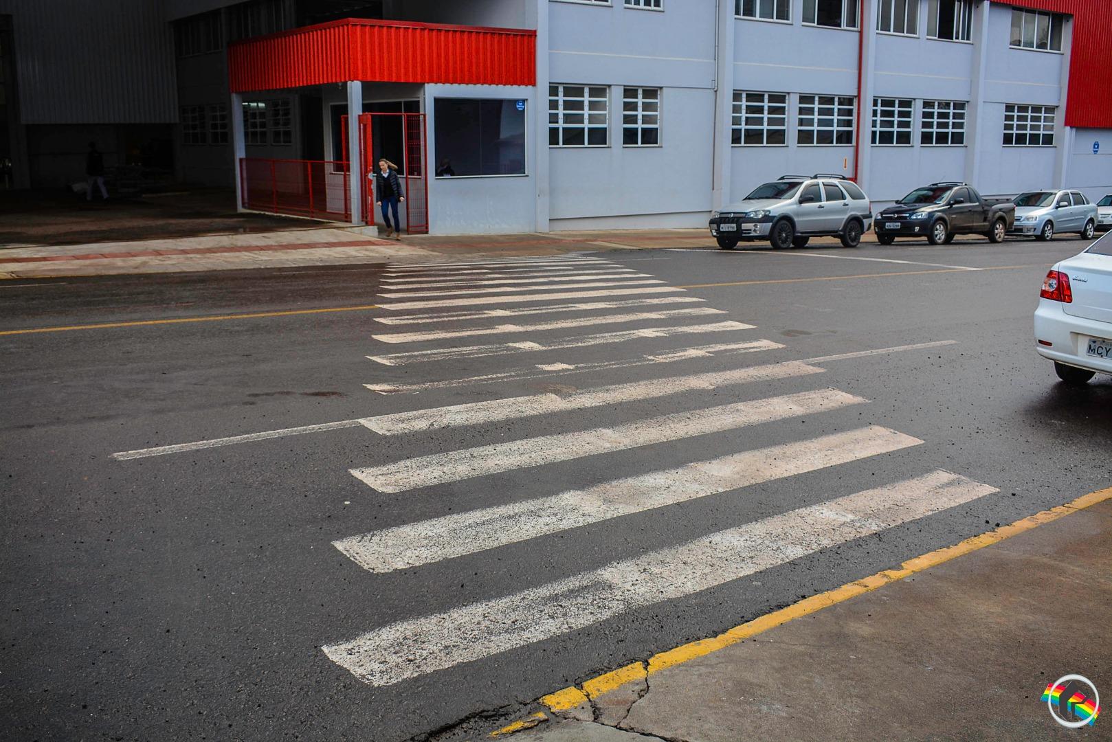 Pedestre é atropelado por motociclista ao atravessar na faixa