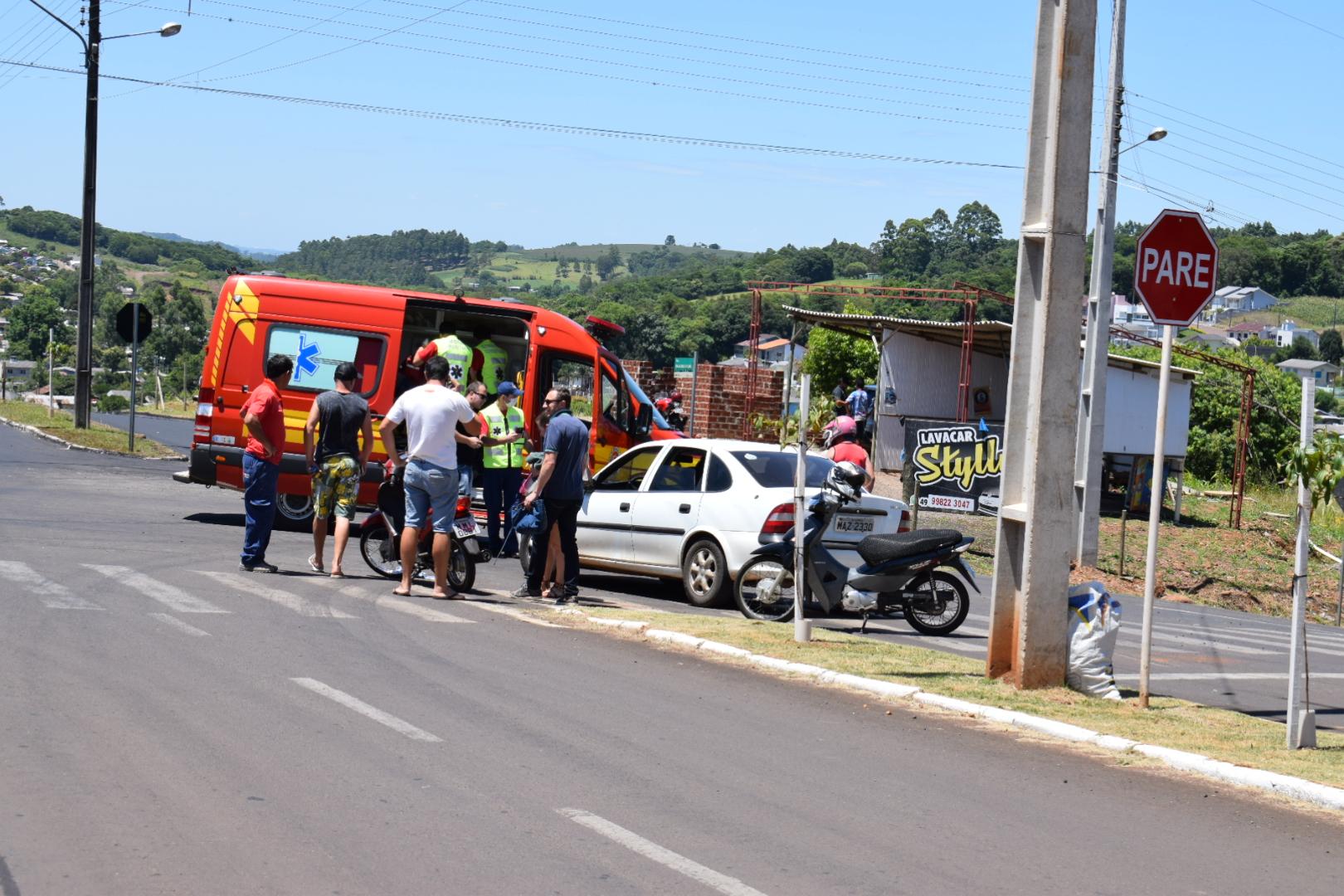Colisão entre motocicleta e veículos deixa casal ferido em SMOeste