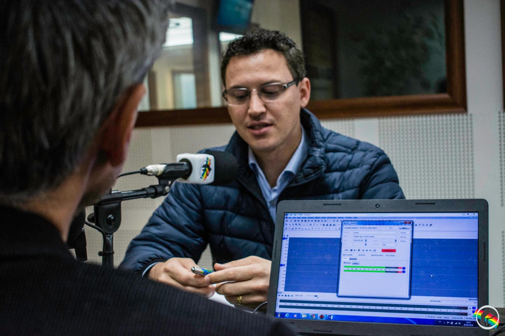 Pré-candidato ao senado pelo PSL Lucas Esmeraldino visita sede da Rede Peperi
