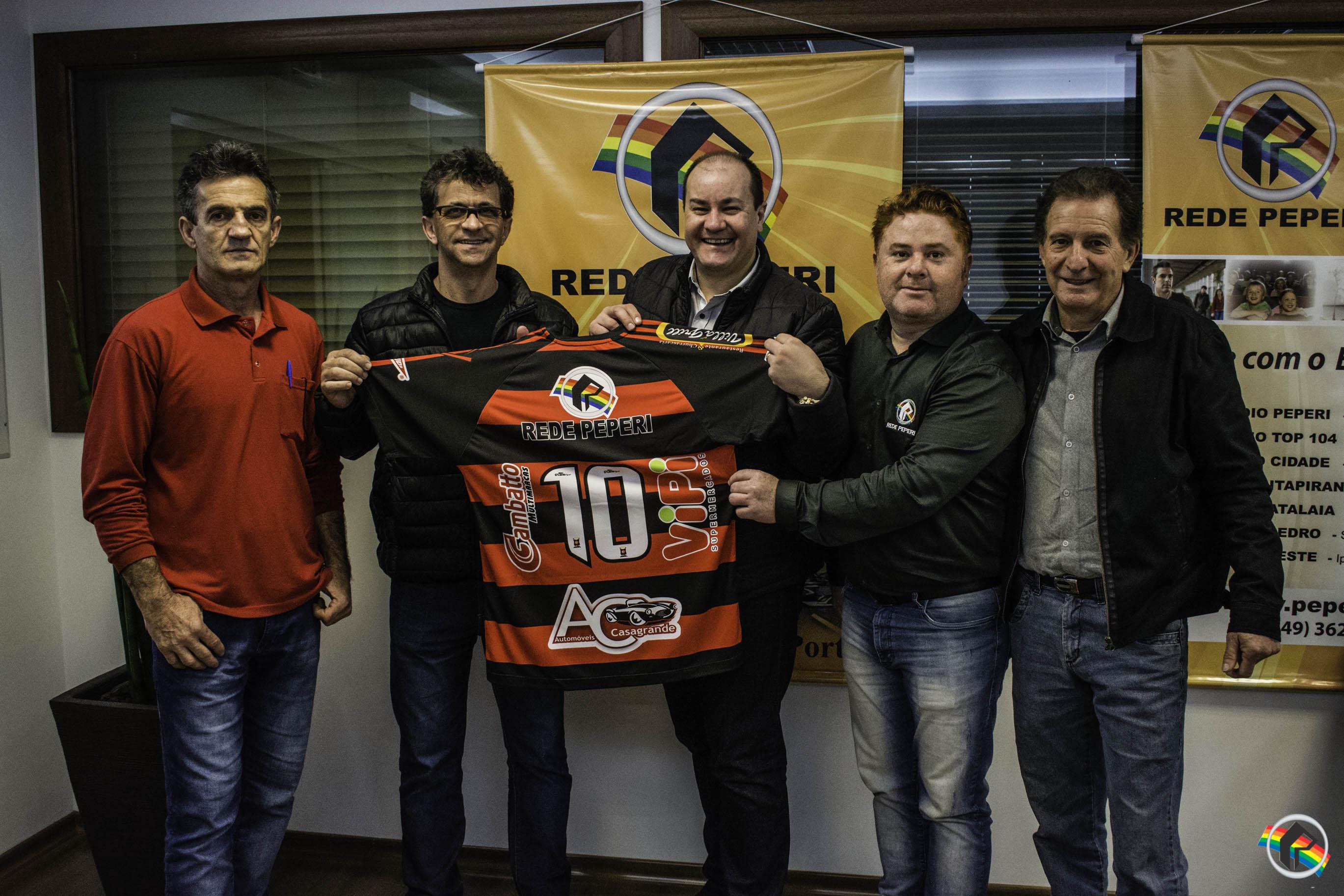 Diretoria do Guarani entrega camisa oficial a Rede Peperi