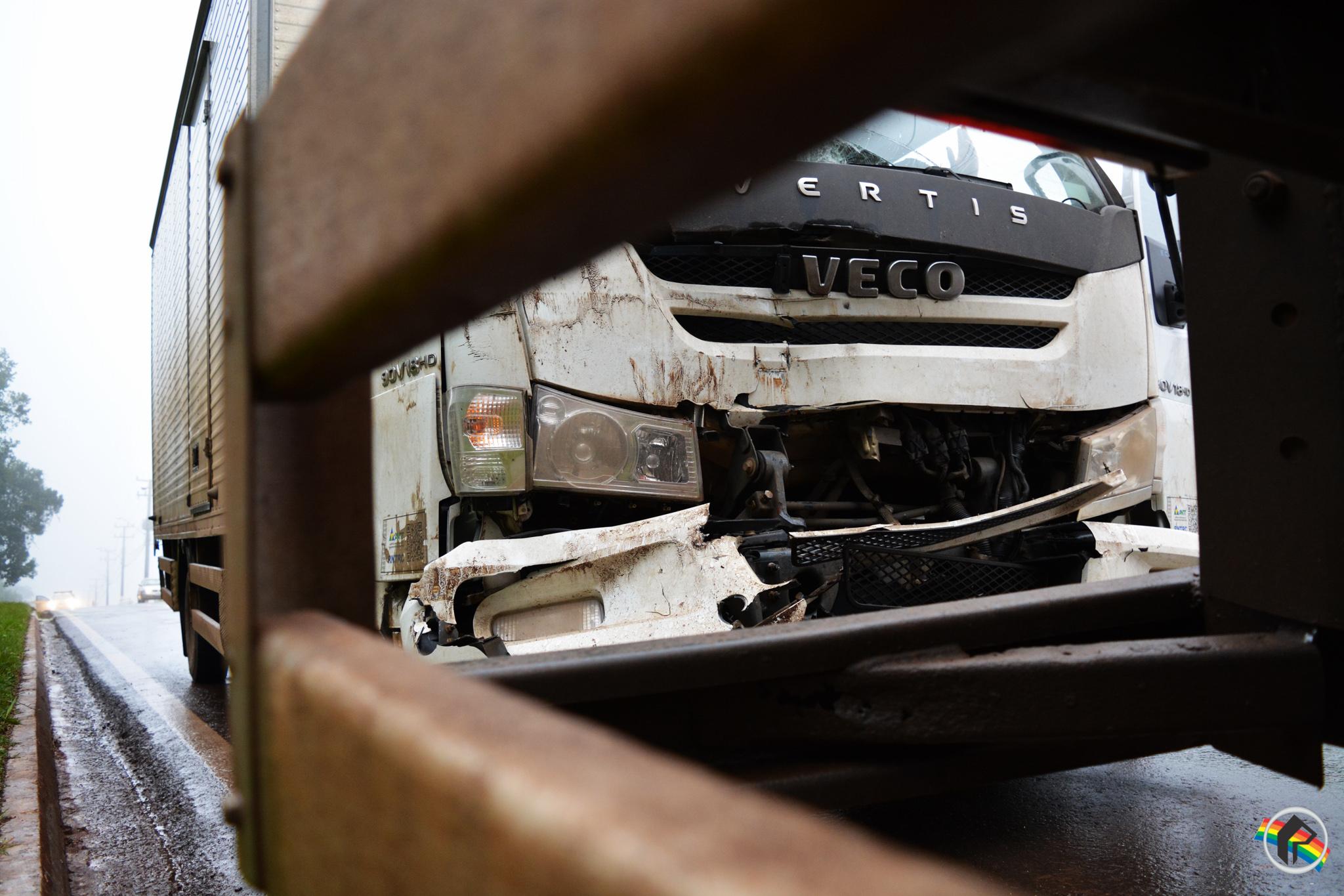 Motorista sai ileso após colisão entre caminhões