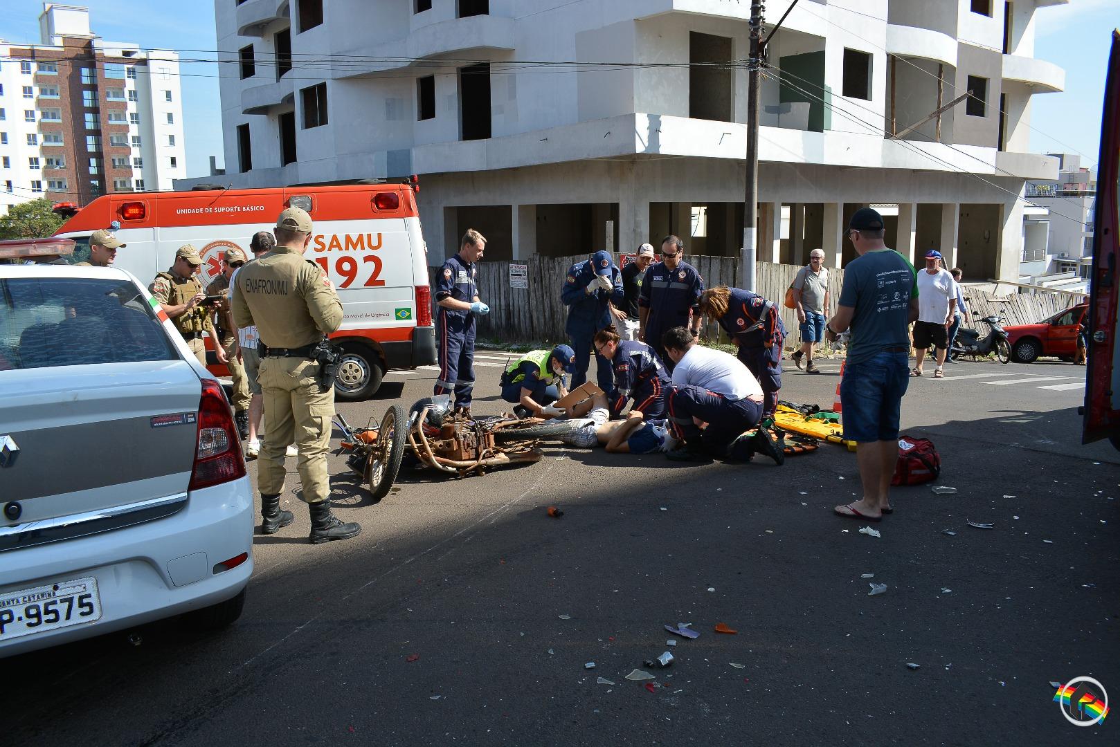 VÍDEO: Motociclista fica gravemente ferido ao ter frente cortada por caminhão