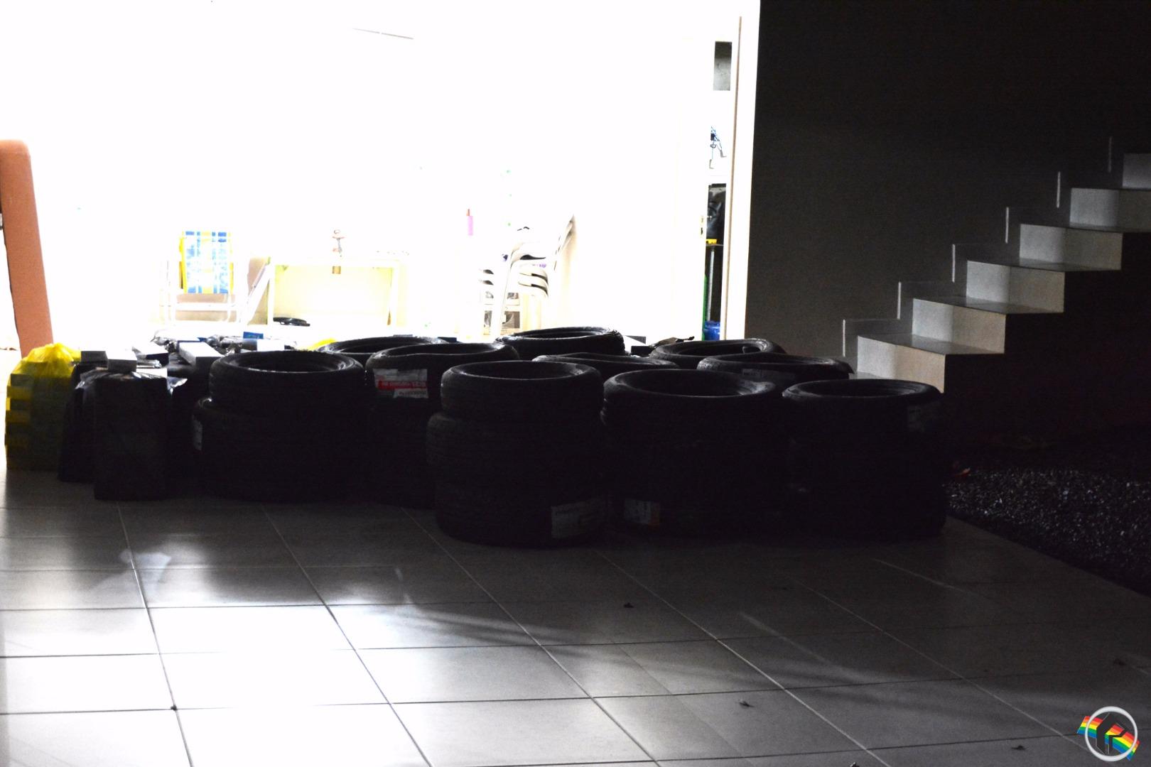 VÍDEO: Após denúncia, Polícia Militar apreende pneus e cigarros contrabandeados