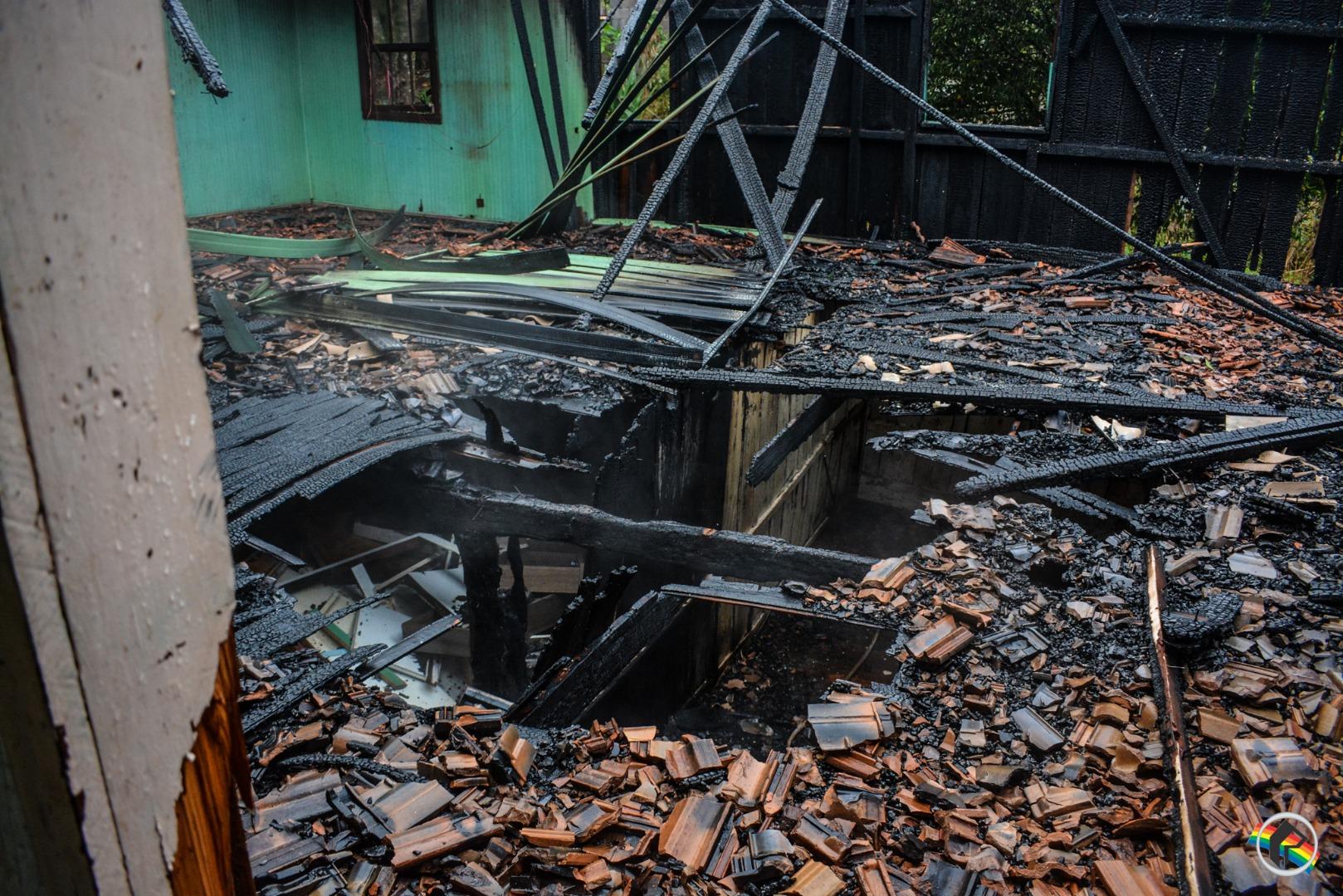Casa fica completamente destruída pelo fogo em São Miguel do Oeste