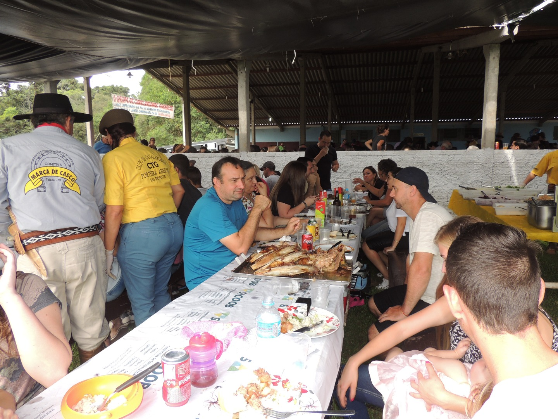 Mais de 1200 pessoas participam do Costelão do Trabalhador em São Miguel do Oeste