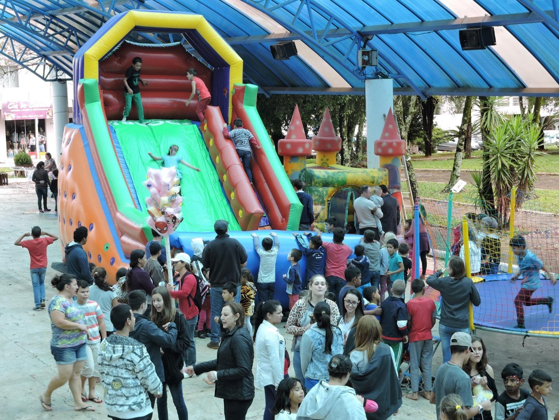 População prestigia atividades alusivas  à Páscoa na área coberta da praça