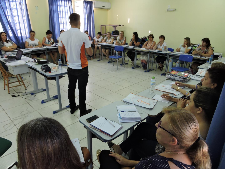 Novo sistema de ensino integra  professores, alunos e familiares